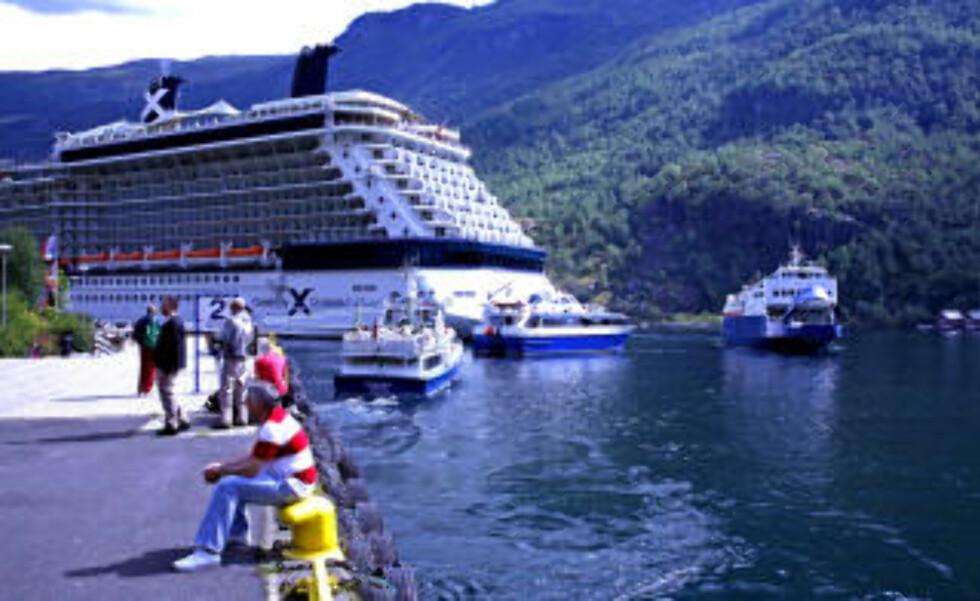 MARITIMT: Det er livlig i Flåm når store cruiseskip anløper. Sightseeingbåtene stimer ut fra havna.