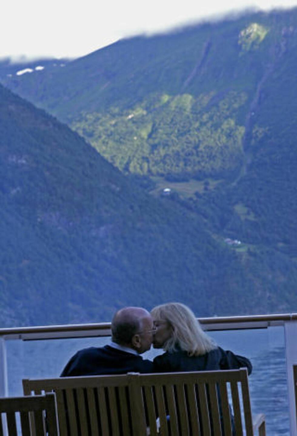 NASJONALROMANTIKK: Hva er vel bedre enn et kyss på fjorden, med utsikt til en øde fjellgård?