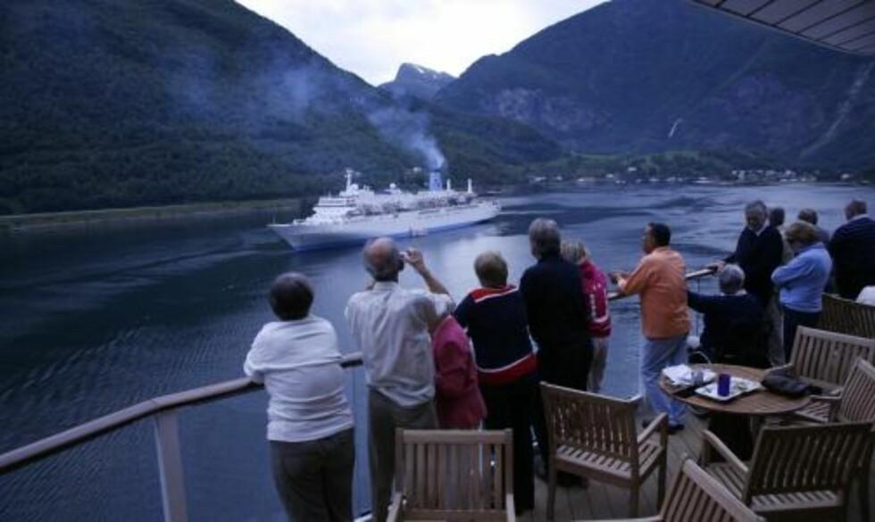 SELSKAP: Et aldrende og røykspyende cruiseskip passeres.
