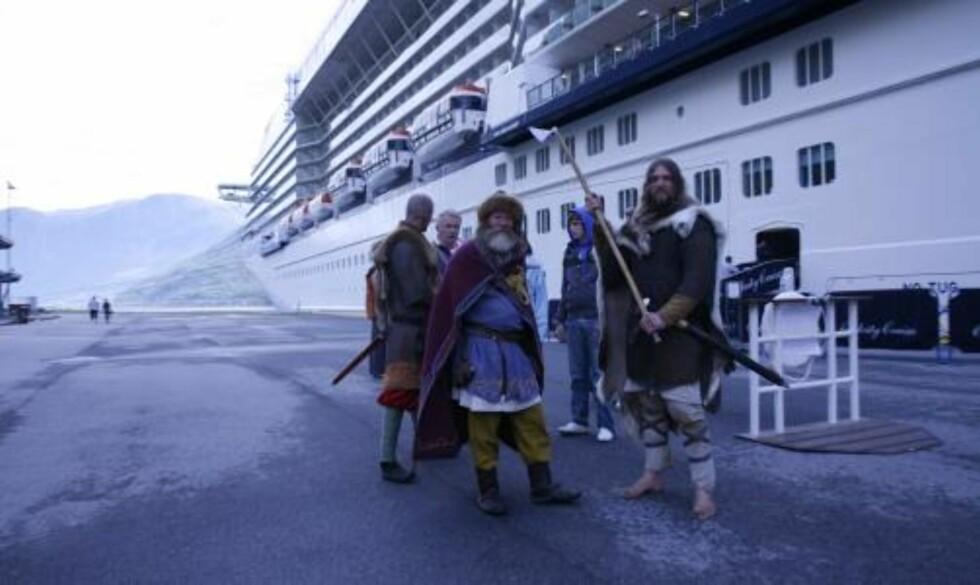 TØFFINGER: Passasjeren som går i land i Flåm får et autentisk møte med norske vikinger.