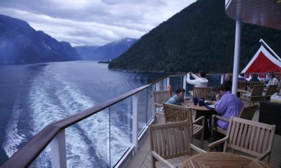 TRANGT: Noen steder er fjordene så smale at du får følelsen av nesten å ta på fjellsidene.