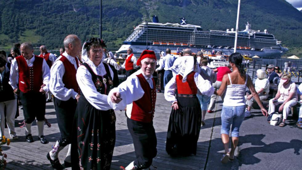 LEIK PÅ BRYGGA: I Geiranger er det høy stemning når cruisepassasjerene overstrømmer fjordbygda. Dansen går av hjertens lyst! Alle foto: Eivind Pedersen