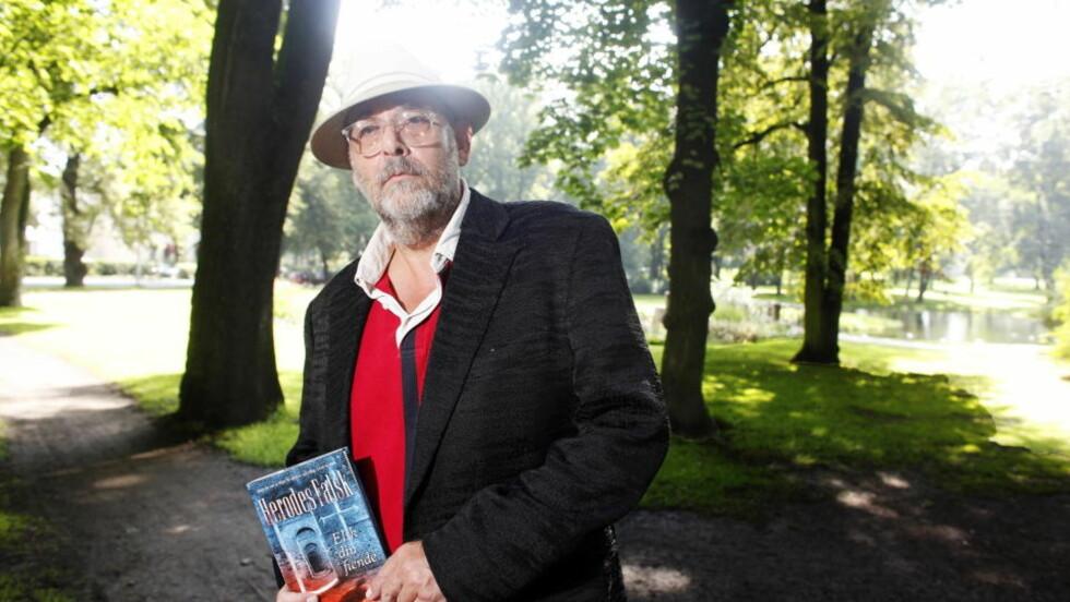 OVERRASKER: Herodes Falsk, Kim Bård Roll Hansen, med sin første krimroman. Foto: Hans Arne Vedlog