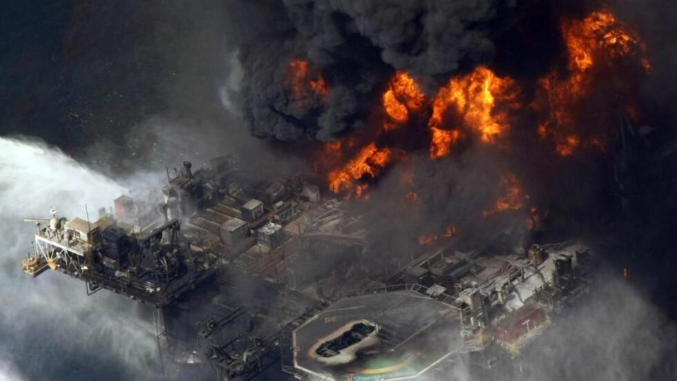 FØR DET GIKK HELT GALT:  Oljebrannen herjer  på Deepwater Horizon 21. august. Etter at plattformen sank har problemene akselrert - i total disharmoni med BPs årsgamle sikkerhetsvurdering. FOTO: AP/SCANPIX.
