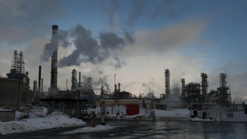 INGEN RENSING: Rensingen av gasskraftverket på Mongstad har vært et stridstema lenge. SV gikk motvillig med på oppstart av anlegget, uten CO2-rensing de første årene. Nå er altså rensingen ytterligere utsatt. Foto: Marit Hommedal / Scanpix