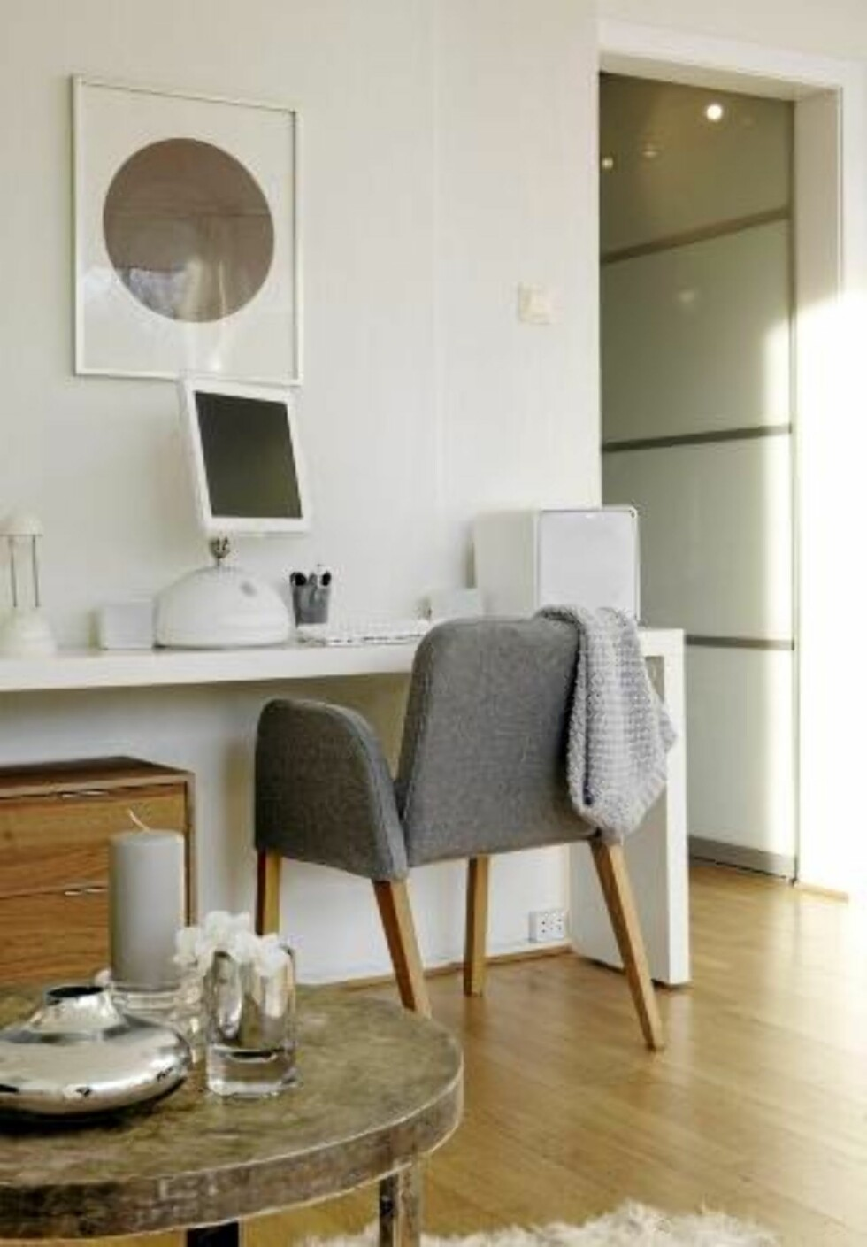 ARBEIDPLASS I STUA: Skrivebordet er et sengebord med hjul, fra Ikea. Det tar liten plass, men gir god arbeidsflate.  FOTO: Yvonne Wilhelsen