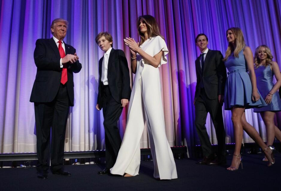 TRUMP-FAMILIEN: Donald Trump med sønnen Barron, kone og førstedame Melania, svigersønn Jared Kushner og døtrene Ivanka og Tiffany Trump. Foto: AP / NTB Scanpix