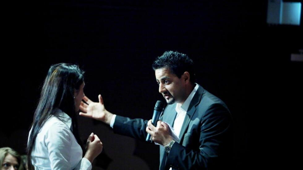 GLAD I DEBATT: Abid Raja i rollen som ordstyrer under en av de omtalte debattene på Litteraturhuset, denne vedrørende kvinneundertrykking og tvangsekteskap. Nå stormer det rundt Raja etter at han opptrådte som om han var ordstyrer også i NRKs kulturnytt i går. Foto: Siv Johanne Seglem / Dagbladet