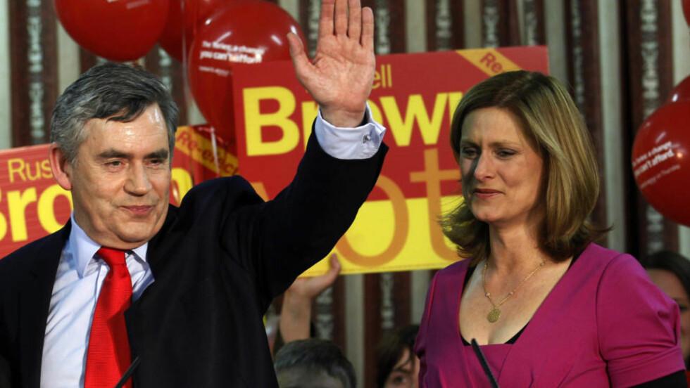 KJEMPER TIL SISTE SLUTT: Statsminister Gordon Brown får selskap av sin kone Sarah på et valgmøte i Dumfries i Skottland der han holdt sin avslutningstale i årets valgkamp. Etter valget er det ikke sikkert han er statsminister lenger. Foto: REUTERS / Suzanne Plunkett / SCANPIX
