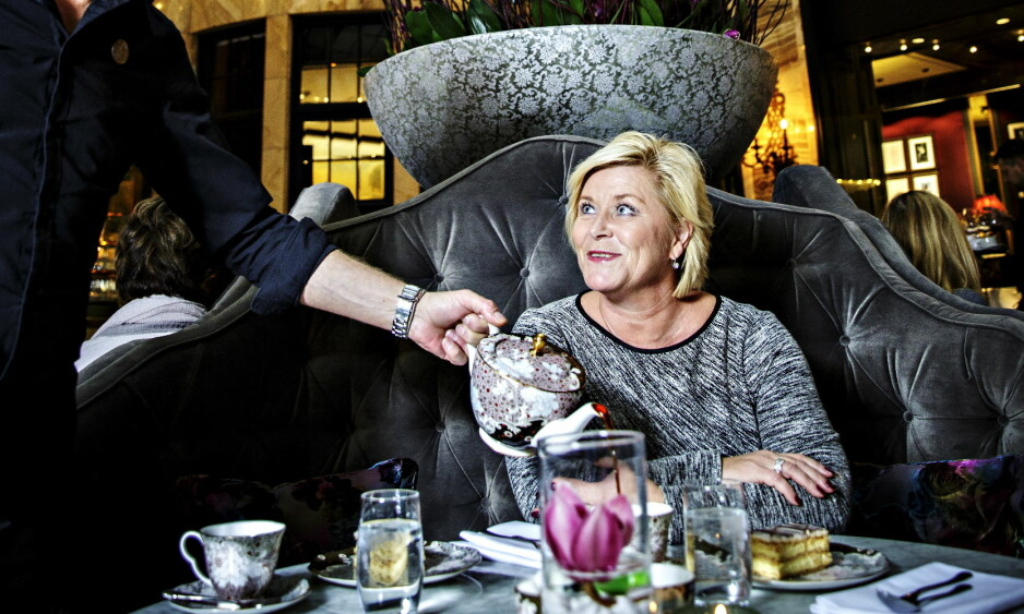 KAKETID: Finansminister Siv Jensen får servert kaffe og kremkake på Grand Café i Oslo. Rundt henne sitter kremgenerasjonen, de som høster fruktene av den norske gullalderen. Jensen lover at de gode tidene ikke er forbi - hvis vi gjør ting riktig. Foto: Nina Hansen / Dagbladet