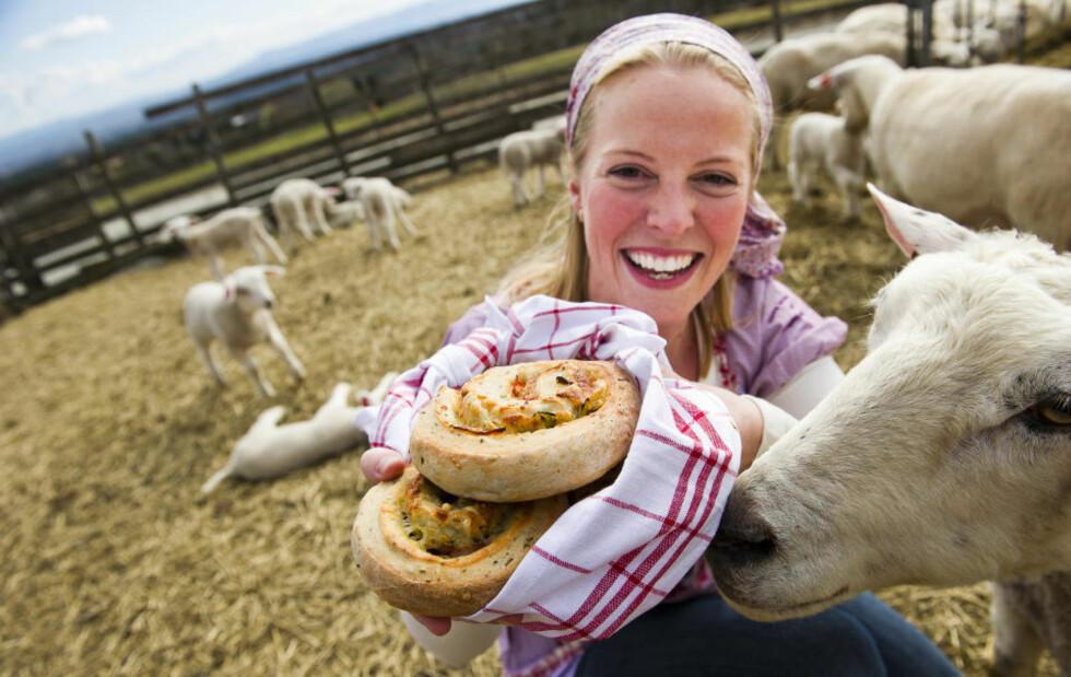 SNURRIG MAT: Charlotte Mohn er glad i norske mattradisjoner. Matnyttige snurrer er hennes forslag til en norskere variant av pizzasnurrer og hun anbefaler gjerne spekeskinke som fyll. Foto: Håkon Eikesdal