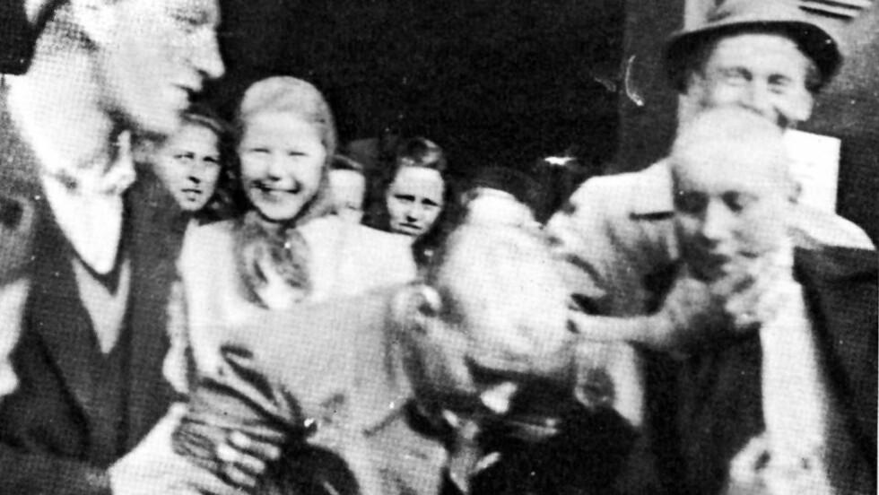 TVANGSKLIPPING:  Norske jenter med tyske kjærester etter 2. verdenskrig ble tvangsklippet etter frigjøringen. Foto:   Faksimile St. Hallvard