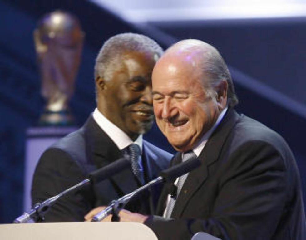 TOK KONTAKT Fifa-president Sepp Blatter reiste i november 2005 til Cape Town. Han snakket med daværende president Thabo Mbeki - og Cape Town bestemte seg for å bygge en ny arena på Green Point. Dette bildet er tatt i 2007. Foto: AP/Jerome Delay