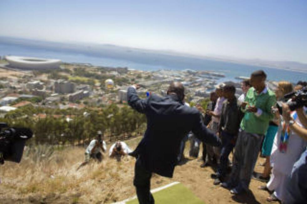 TAR SATS: Cape Town-ordfører Dan Plato markerer at det er 100 dager til VM starter, 2. mars i år. Byen har fått en ny gigantarena - som forskere dokumenterer det ikke er behov for. Foto: AFP/Gianluigi Guercia