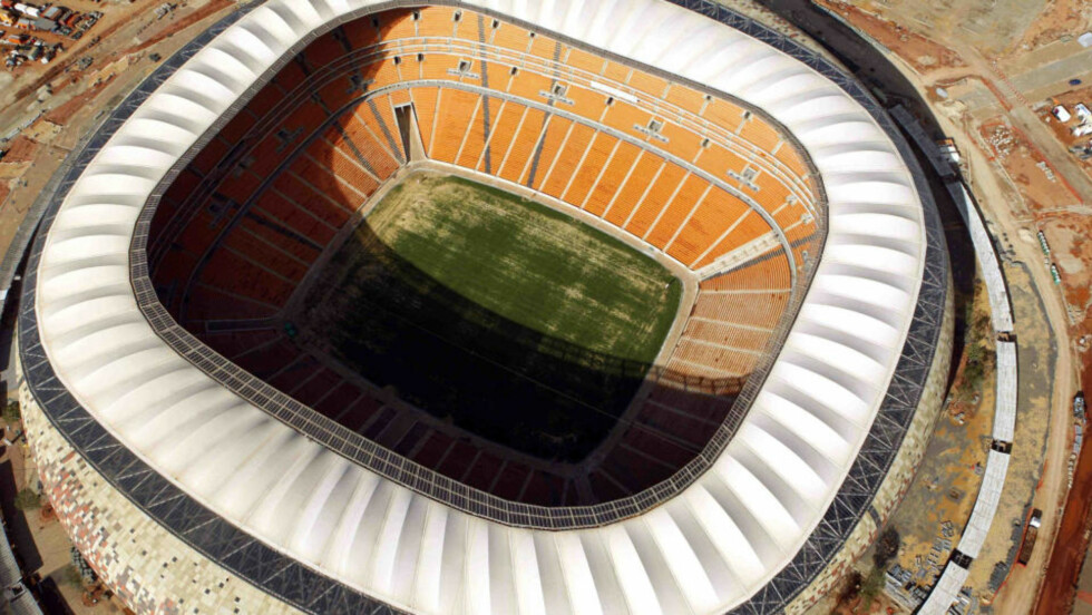 STOLTHETEN: Soccer City i Johannesburg. Fifa har gått med på å betale Johannesburg 10 prosent av alle billettinntektene fra Soccer City under VM. Pengene kan gå til å dekke uforutsette utgifter for en kontraktør. Foto: AP/Themba Hadebe