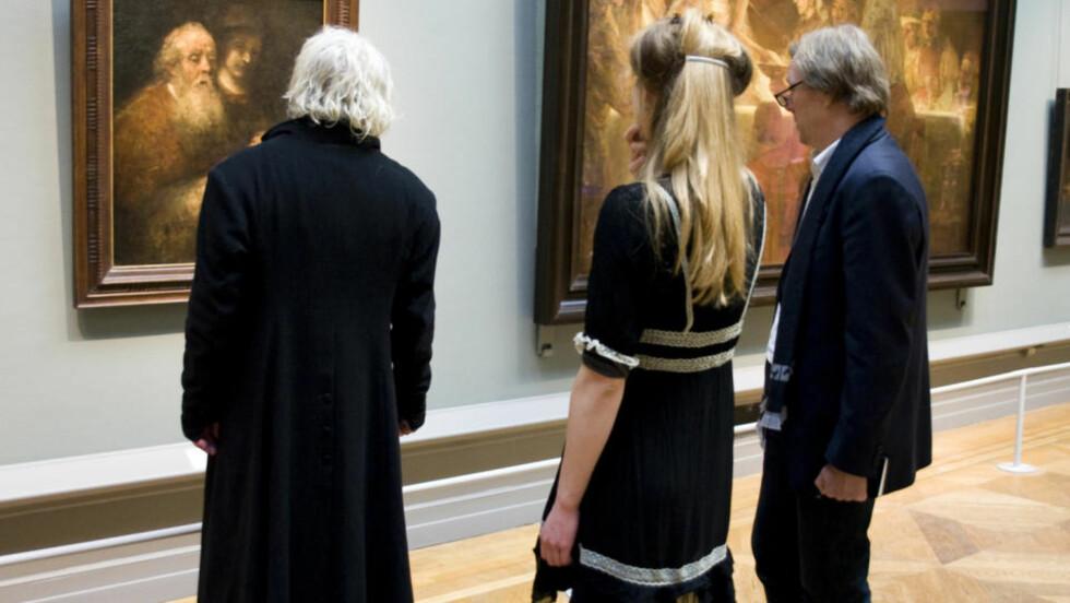 NEKTET Å SNAKKE: Maleren Odd Nerdrum tok i 2002 farvel med en samlet norsk presse. Nå kan det virke som om han er kommet på andre tanker. Siste nummer av bladet «Kunst» har fulgt maleren på tur til Stockholm Nationalmuseum der disse Rembrandt-maleriene henger. Her er han sammen med skribent Bjørn Li og sin tidligere elev Helene Knoop.  Merk at Nerdrum bare er avbildet bakfra, et krav for å stille opp. Foto: «Kunst»'/  Anne Vesaas
