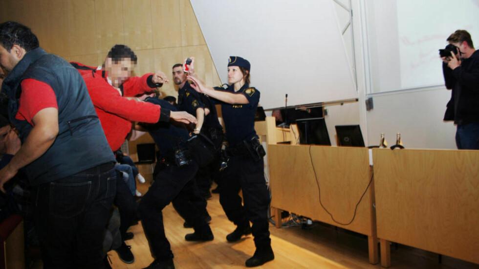 HATSK: Først sprang en mann mot Lars Vilks og ga ham en springskalle. Så fulgte to menn på. Det skal ha vært en hatsk stemning i forelesningssalen fra starten av. Foto: Gusten Holm / Ergo
