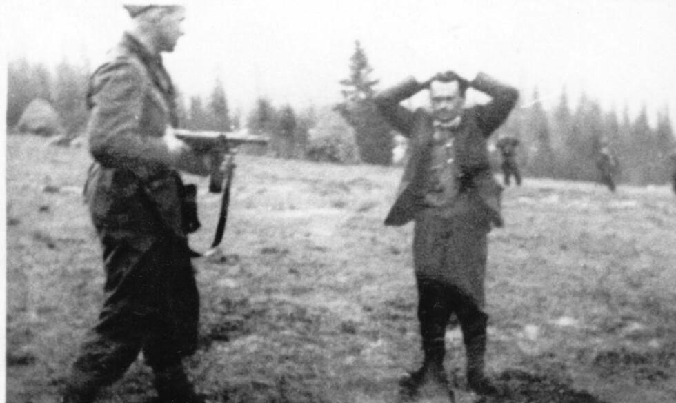 OVERGA SEG:  Rikspolitiet fikk fatt i Henry Rinnan på en nedlagt setervoll etter flere dagers jakt. Da de begynte å skyte mot setervollen overga Rinnan seg.