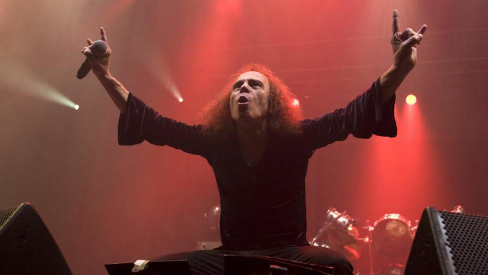 DER HAN TRIVDES BEST: Ronnie James Dio på Norges-besøk med Heaven & Hell. Dio gikk bort i dag. Foto: Terje Bendiksby / SCANPIX .