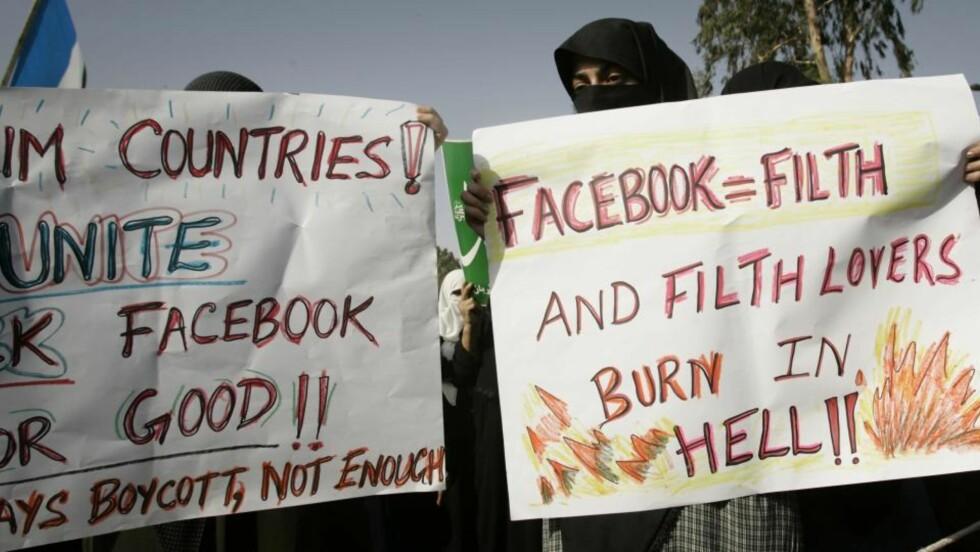- BRENN I HELVETE: Tusenvis demonstrerte i gatene i Lahore mot Facebook-arrangementet «Everybody Draw Mohammed Day!». Foto: AP Photo/Shakil Adil/Scanpix