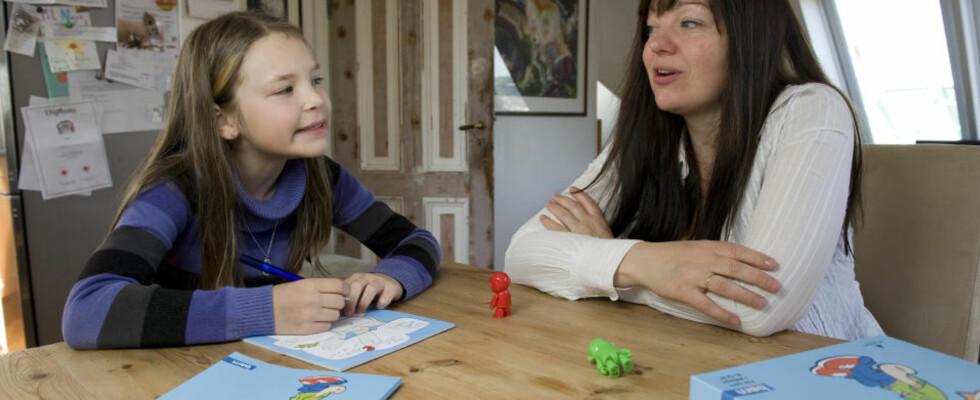 SNAKKER SAMMEN: Et psykologisk førstehjelpsskrin er nyttig for å begynne å snakke om følelser, mener Annelise Ringsby, som bruker skrinet sammen med datteren Maria Ringsby Fauske (9). Foto: Tor Erik H. Mathiesen