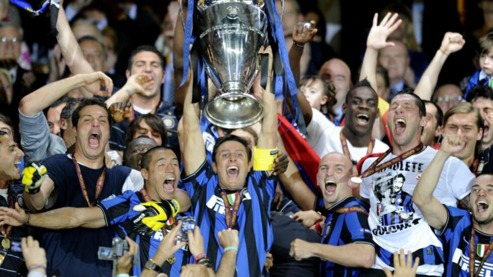 KONGENE AV EUROPA: Den lojale kapteinen Javier Zanetti løfter bøtta over hodet i triumf etter kveldens seier over Bayern München. Ledet av José mourinho har Inter denne sesongen vunnet den italienske ligaen, den italienske cupen og Champions League.  Foto: AFP PHOTO / PEDRO ARMESTRE