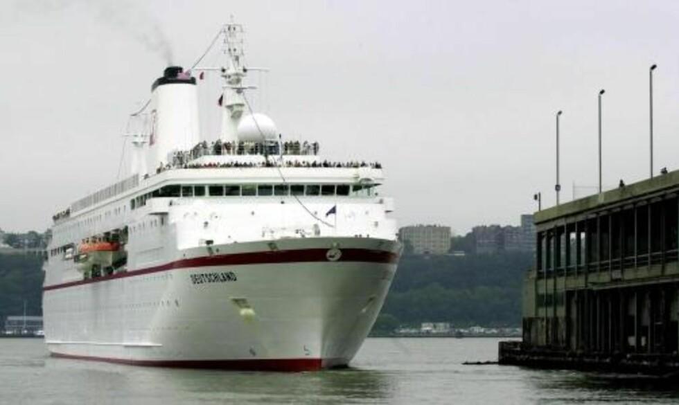 «MS DEUTSCHLAND»: Det brenner i maskinrommet på det tysk-eide cruiseskipet «MS Detschland», som nå ligger til kai ved Eidfjord i Hordaland. Bildet er fra et anløp i New York i 2000. Foto: EPA PHOTO