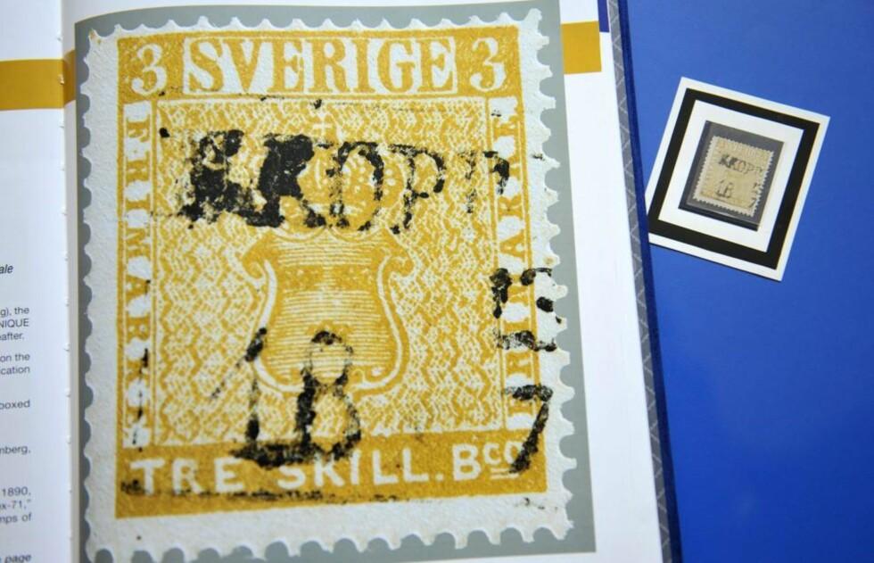 SOLGT: Treskillingsmerket med gul trykk har gått under hammeren for ukjent pris. Men det er fremdeles verdens dyreste frimerke, fastholder auksjonarius David Feldman. Foto: EPA/MARTIAL TREZZINI/SCANPIX