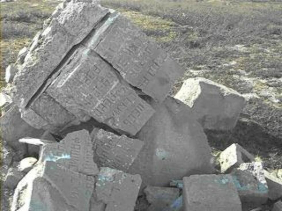 SPRENGT I STYKKER: En anleggsarbeider opplevde høsten 1950 at et gravmonument ved Bjørnelvea ble sprengt i stykker. På spørsmål om hvorfor dette ble gjort, fikk han til svar at «det er så uhyggelig for turistene å se disse russiske gravmonumentene stå omkring». Her fra et ødelagt monument på Saltfjellet. Foto: HARRY BJERKLI