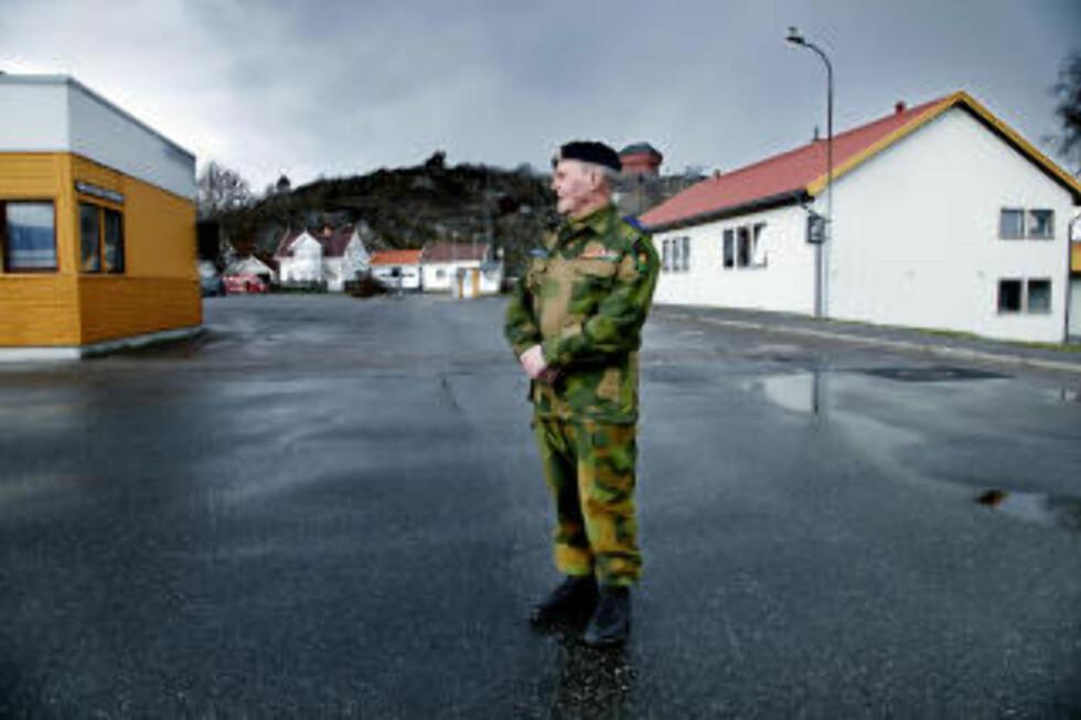 MASSEGRAV BLE PARKERINGSPLASS: - Det er trist å ikke ha noen steder å legge blomster, sier Gunnar Foldvik (81). Her står han der hvor massegraven i Stavern lå. Foto: JACQUES HVISTENDAHL/DAGBLADET