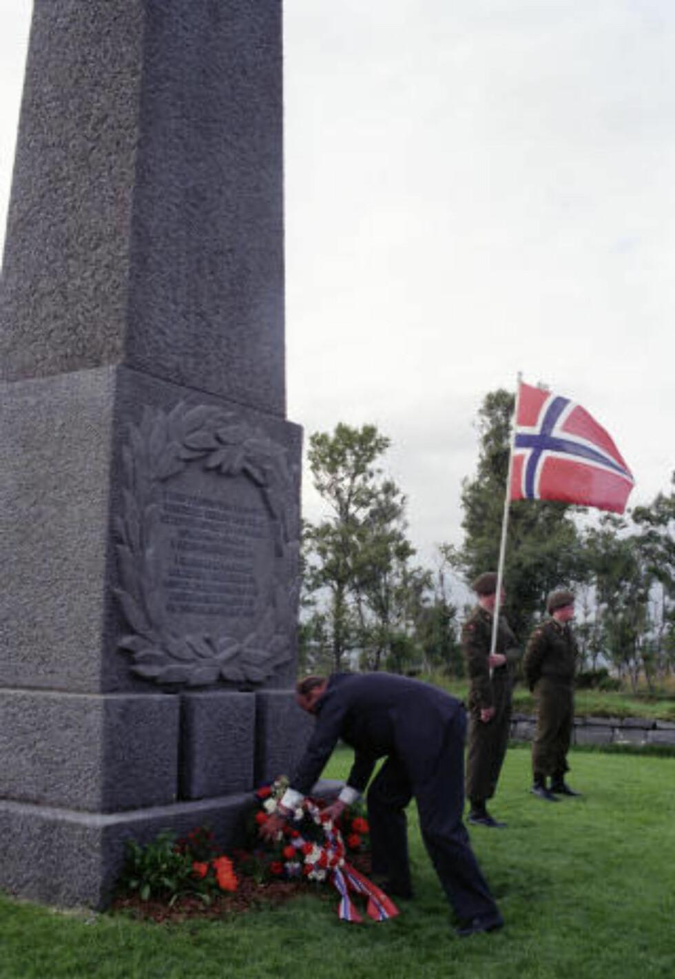 BLE FLYTTET HIT: I første omgang gravde de opp cirka 4.500 lik i Nord-Norge for å flytte dem til en kjempestor kirkegård i Tjøtta, sør for Sandnessjøen.  Her legger Kong Harald ned en krans på krigskirkegården på Tjøtta 1992. Foto: TERJE BENDIKSBY/SCANPIX