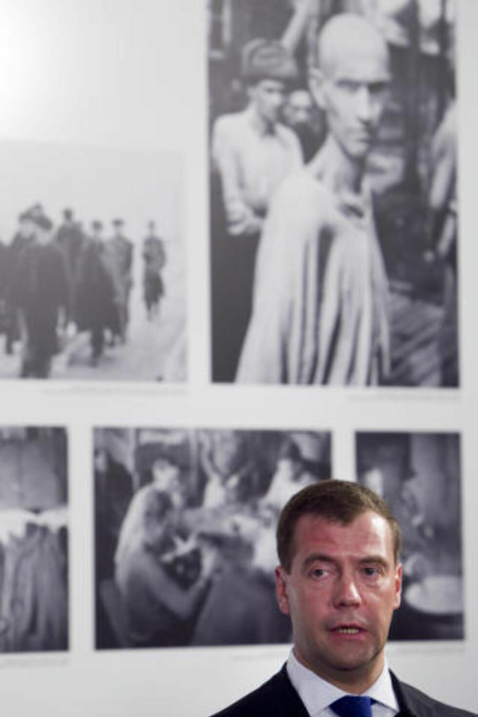 BEVEGET: - Her på norsk jord ble mange fanger og soldater stedt til hvile. Minnet om de falne er hellig for oss, sa en beveget Dimitrij Medvedev, da han fikk se en utsilling som viste historien til de sovjetiske krigsfangene i Norge. Foto: SCANPIX