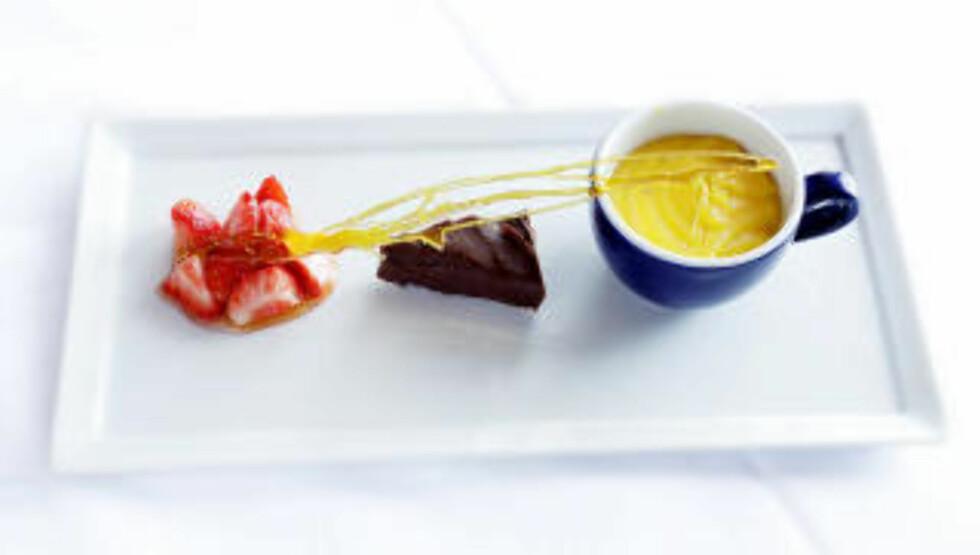 DESSERT: Nylaget sitronkrem serveres med sjokoladeprailin og jordbær.