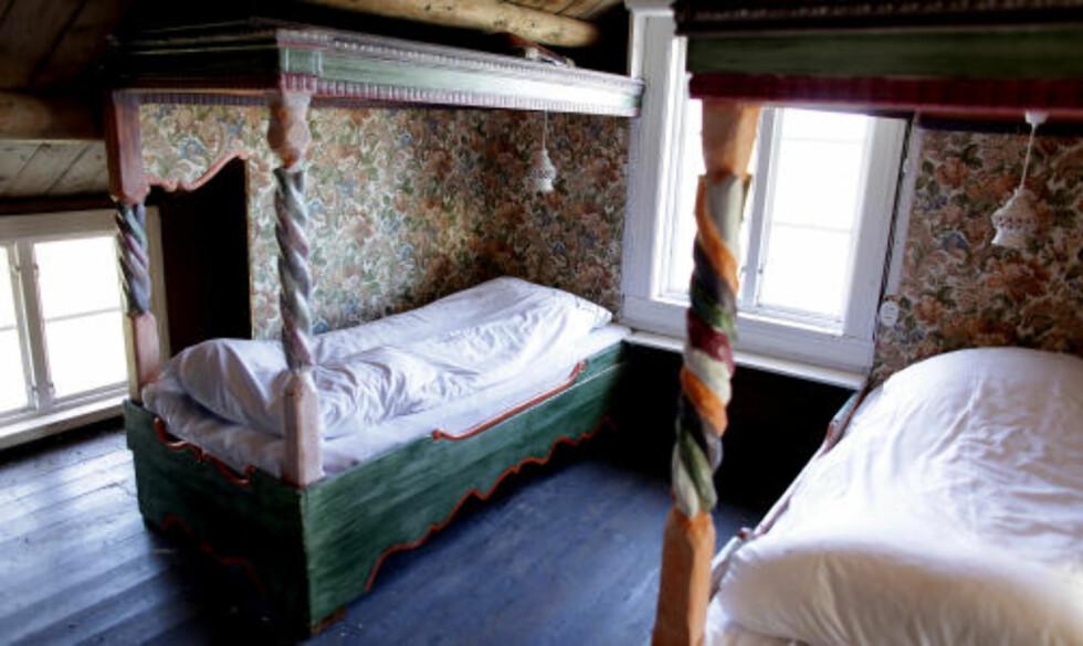 HIMMEL: I Skipperstua har sengene himmel og er fargeglade.