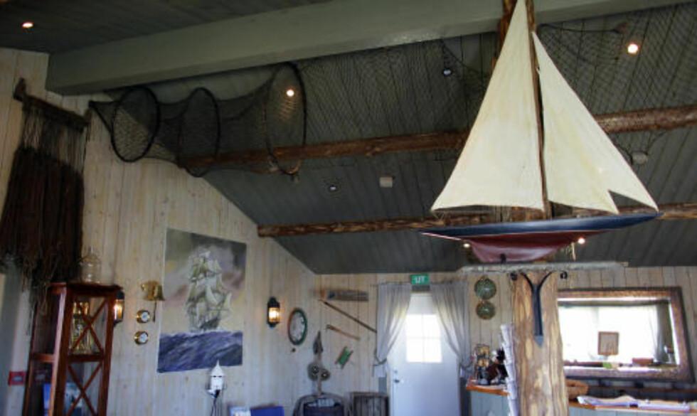 MARITIMT: Resepsjonen er full av maritime gjenstander, antikviteter og snurrepipierier.