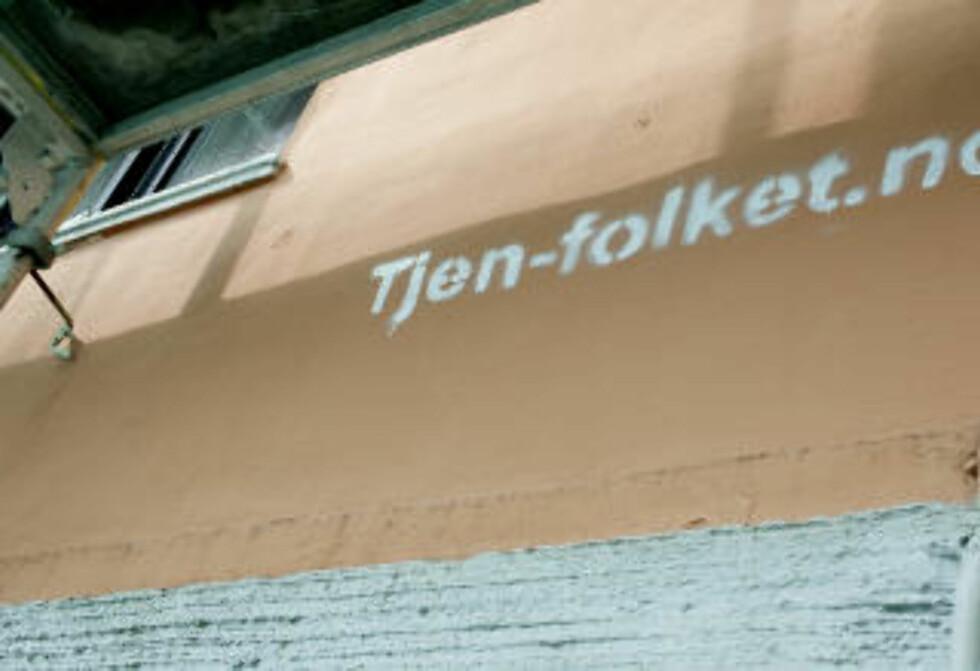POSTADRESSEN: Tjen Folket/SOS Rasisme-aktivistene bak renholdsbedriften oppgir en privatadresse i Tartargaten Bergen som postadresse. På bygården er det sprayet for Tjen Folket på veggen.  FOTO: PAUL S. AMUNDSEN