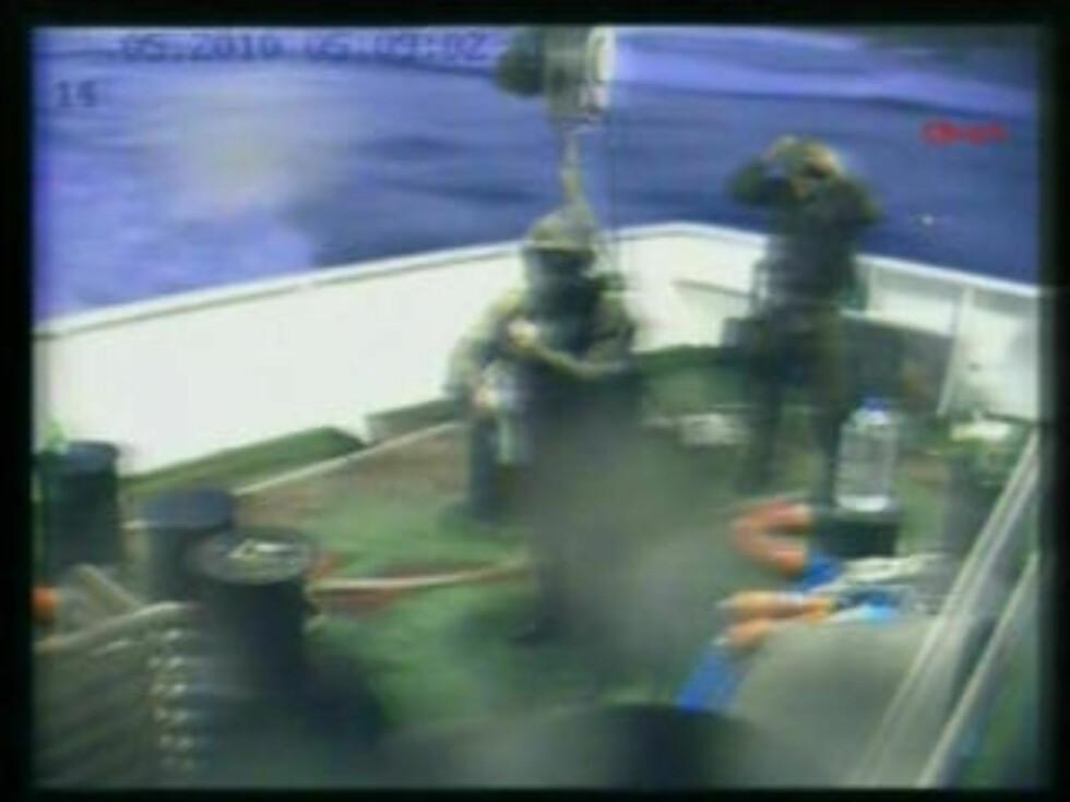 <strong>HØRTE SKUDD:</strong> Ifølge Al Jazeera skal det ha blitt hørt skudd om bord. Det er foreløpig usikkert om aktivister gikk til angrep på soldatene eller om det var israelske militære som åpnet ild først. Foto: APTN