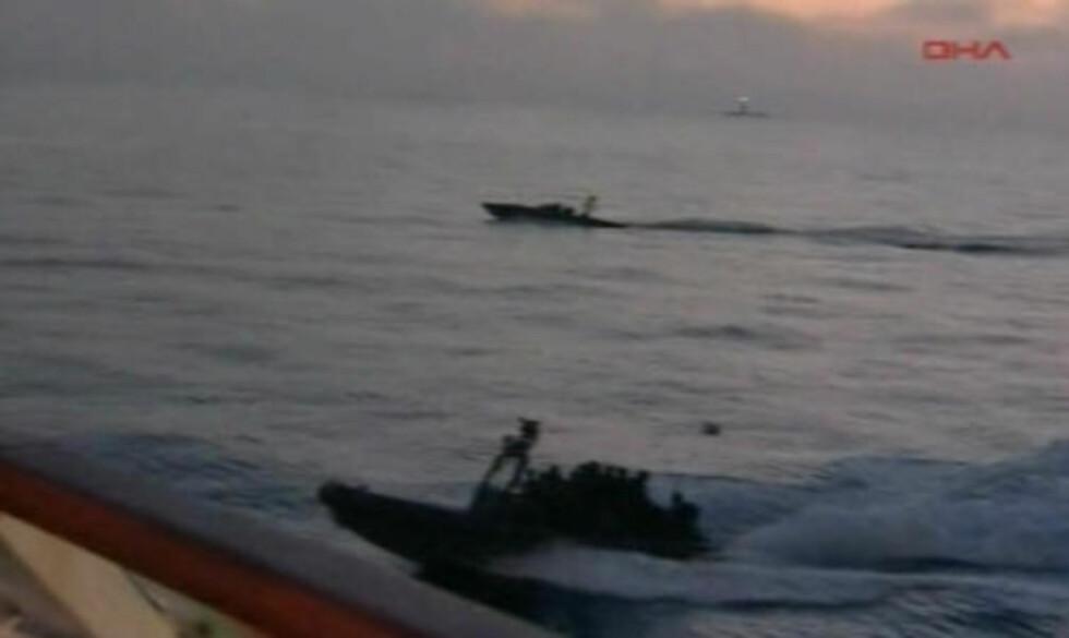 <strong>FRA LUFT OG VANN:</strong> Soldatene skal ha stormet skipet både fra lufta og fra sjøen. Foto: APTN