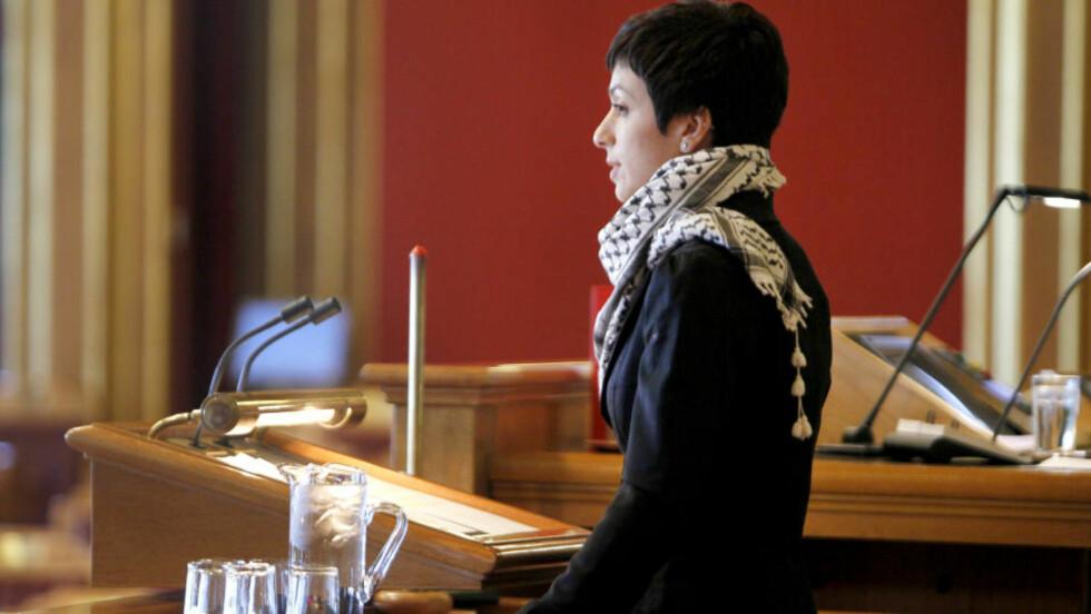 PALESTINASKJERF: Arbeiderpartiets Hadia Tajik bar palestinaskjerf da hun talte fra Stortingets talerstol tirsdag. (Foto: Erlend Aas / Scanpix)