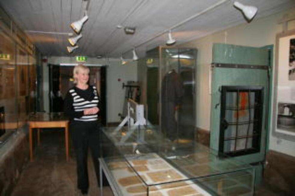 I KJELLEREN:  Resepsjonist Lillemor Gaasvik guider i fengselsmuseet.  Foto: Kirsten M. Buzzi