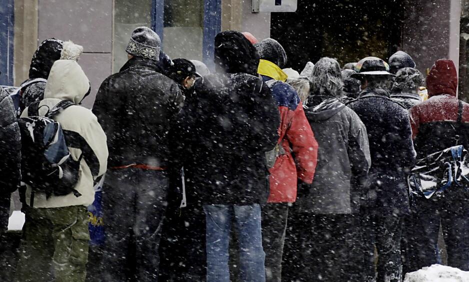 KALDT I OSLO: På Fattighuset i Oslo har de hatt store problemer med å dekke etterspørselen etter vintertøy den første vinteruka, særlig i store størrelser. Bildet er tatt utenfor Blåkors i Oslo. Foto: Agnete Brun, MAGASINET/Dagbladet