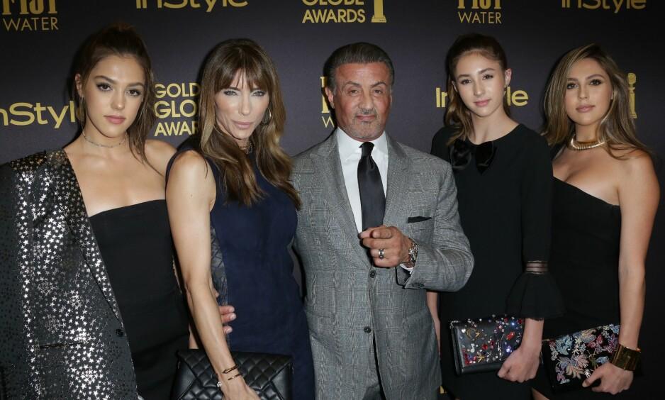 FAMILIEN STALLONE: Sistine (18) Stallone, kona Jennifer Flavin Stallone, Sylvester Stallone, Scarlet (14) og Sophia (20 ) på rød løper under Golden Globe Awards i Los Angeles 2016. Foto: Rex