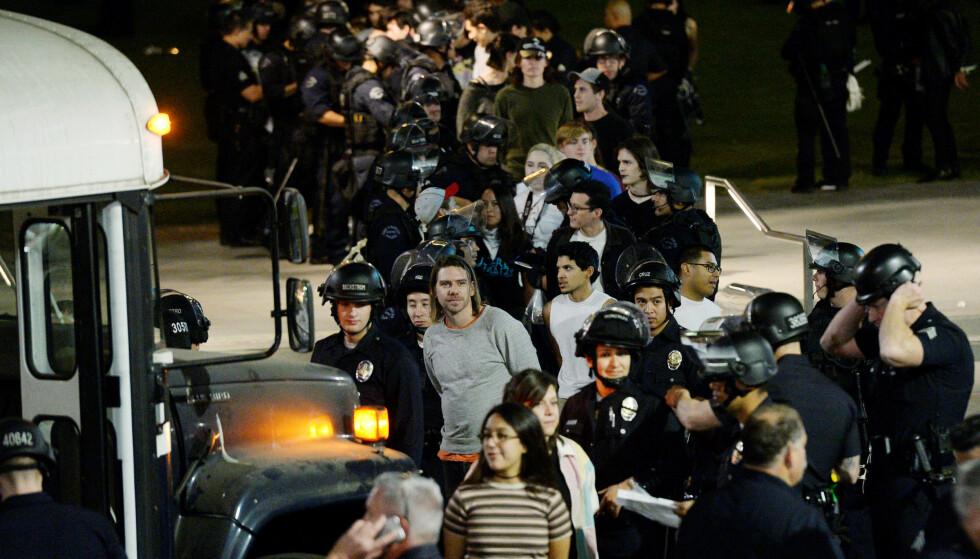 GATEPROTEST MOT TRUMP: Flere ble pågrepet fordi de ikke etterkom politiets anmodning. I tillegg ble tre ungdommer pågrepet for å kaste en flaske mot en politibetjent. Foto: Reuters