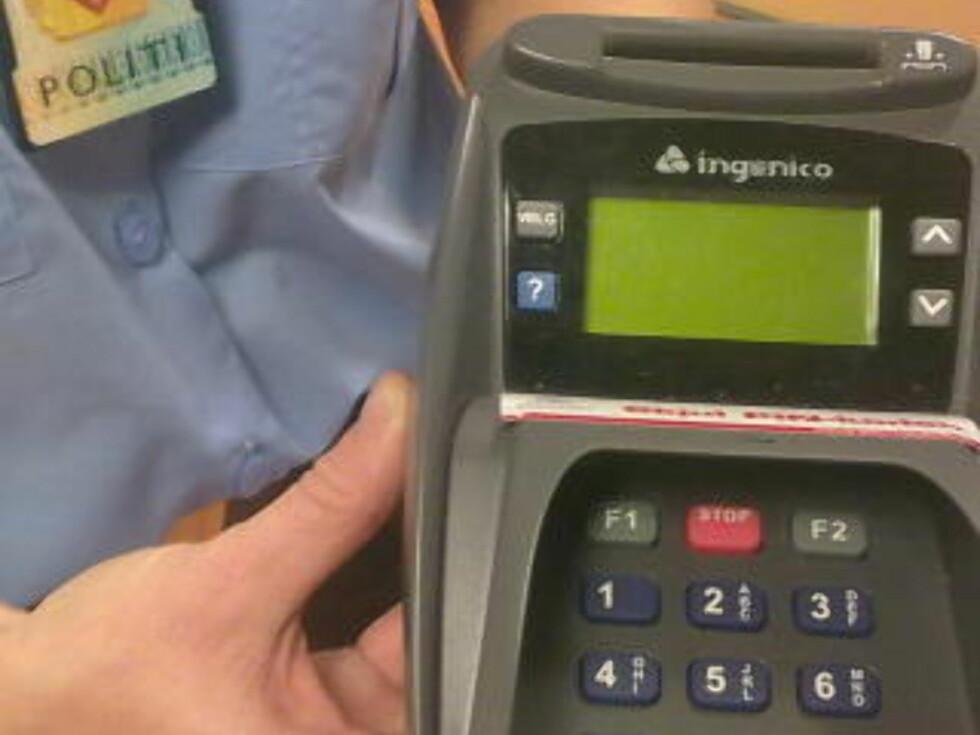 <strong>- BEVIS:</strong> Denne bankterminalen er beslaglagt av politiet og har, ifølge politiet, blitt manipulert slik magnetstripen til de kortene som er blitt dratt gjennom den har blitt kopiert. Foto: HANS-MARTIN THØMT RUUD