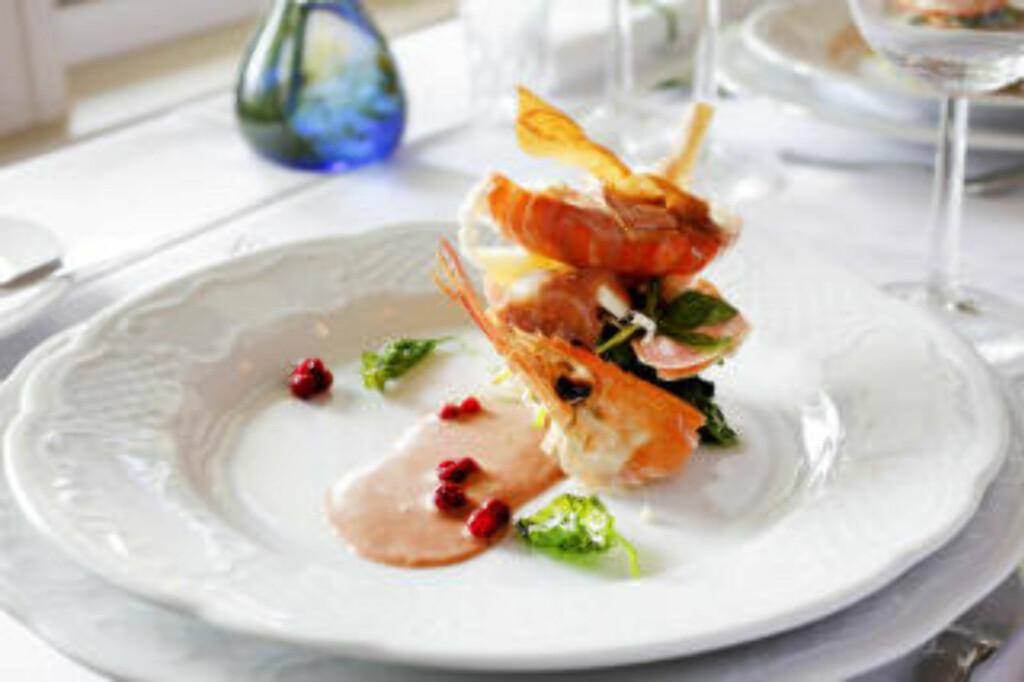 MELLOMRETT: Hvitvindampet sjøkreps med glasert søtpotet, hvitløksautert spinat, sprø pastinakk og tyttebær-skalldyrsaus.