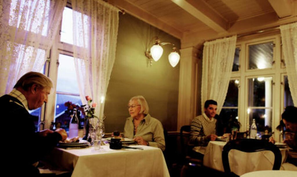 GJESTER: Astrid og Tor Halvorsen fra Asker har besøkt mange av landets historiske hoteller. I bakgrunnen et par fra Italia.