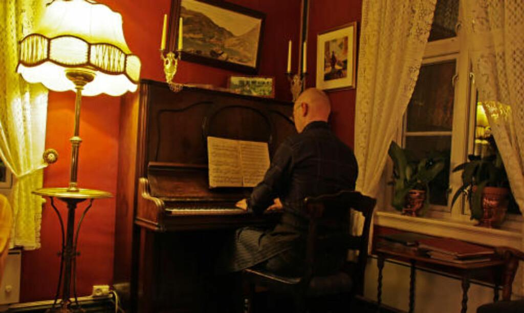 NIENDE: Ole Henrik Nitter Walaker skaper stemning med vakre toner.