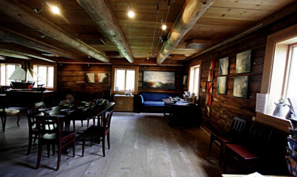 GALLERI: Nennsom restaurering. Gulvbord av den aller breieste sorten skaper rammen rundt deler av maleriutstillingen.