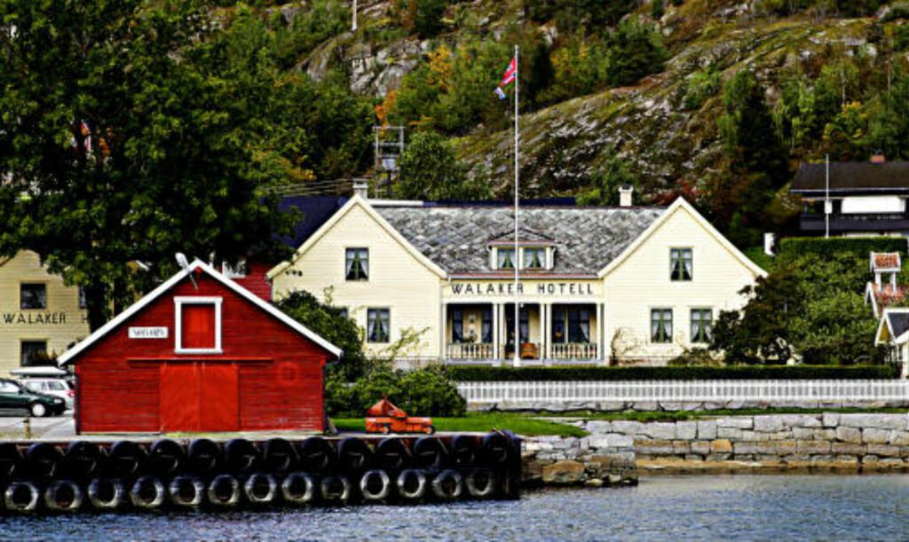 SOLVORN KAI: Walaker hotell ligger ved sjøen og kaia som er anløp for M/F Urnes, ferga som går mellom Solvorn og Verdensarven, Urnes Stavkirke.