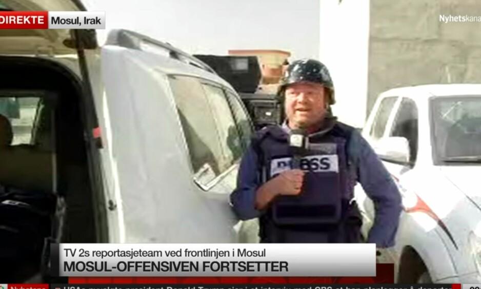 BLE BESKUTT: TV 2s utenriksreporter Fredrik Græsvik måtte søke dekning midt under livesendinga fra Mosul. Foto: Skjermdump / TV 2